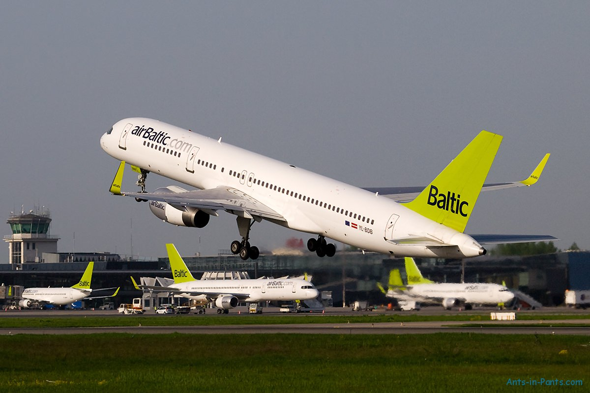 AirBaltic_Boeing_757-200_at_RIX_mini