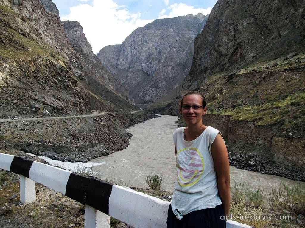 дорога вдоль реки Пяндж