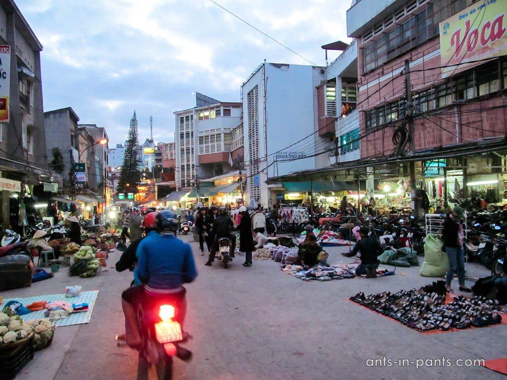 Вечерний рынок в Да Лате